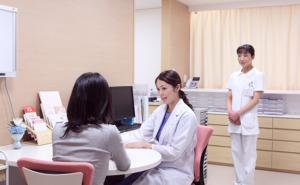 病院で薬を処方してもらう女性